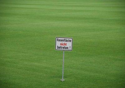 Schild mit Schriftzug - Rasenfläche nicht betreten