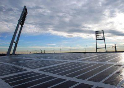 Blick auf die Photovoltaik-Anlage auf dem Dach der Nordtribüne