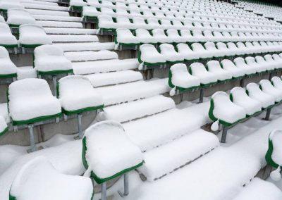 Schneebedeckte Sitzplätze